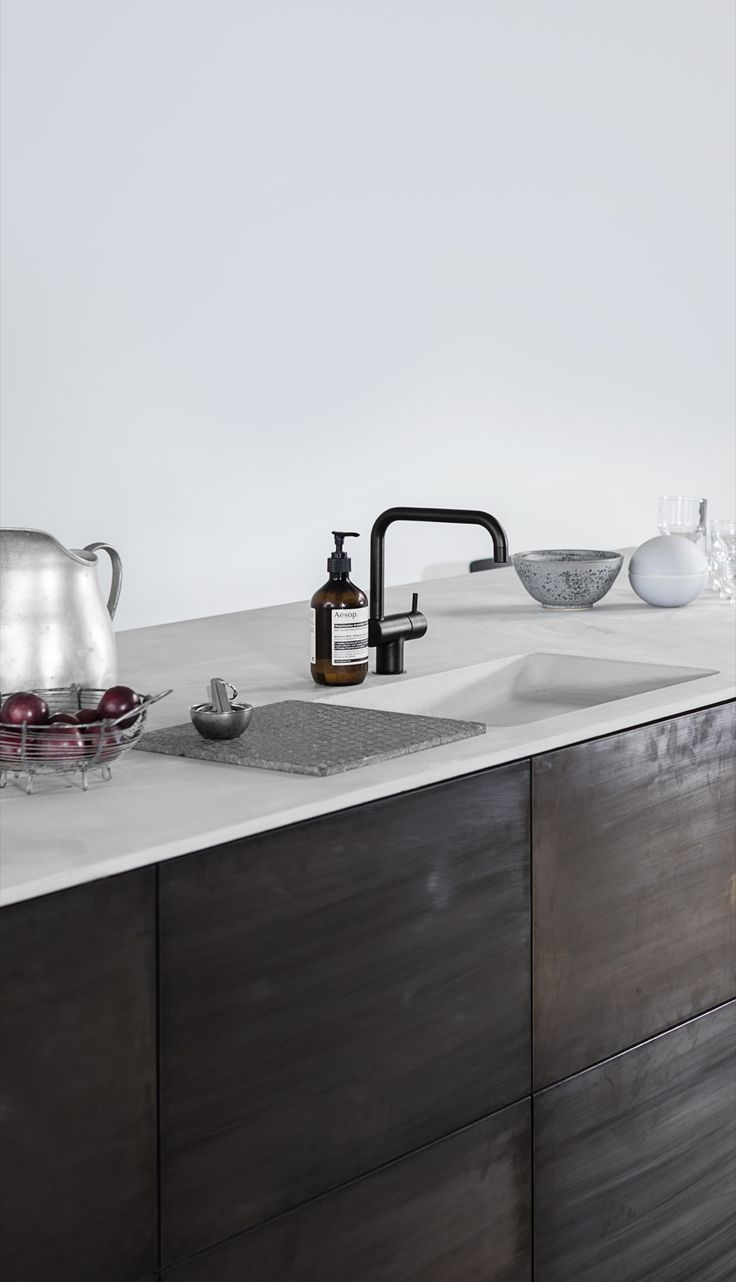 Reform / Kitchen / Design by Norm / Home / Interior / Design / The Norm kitchen hack for Reform is simple, but exclusive in its timeless design. The combination of tombac and concrete give it a unique look.