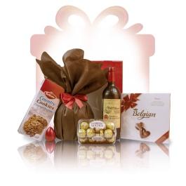 """Sweet Passion  Sweet Passion este un #cos #cadou special conceput pentru a delecta simturile tuturor celor care apreciaza calitatea. Un """"multumesc"""" delicios, cosul cadou business imbina buchetul deosebit al vinului rosu de Bordeaux cu crocantele napolitane Ferrero Rocher, intr-un design de exceptie, dominat de un rosu regal cu note pamantii si subliniat de un auriu luxuriant.   #cadoubusiness #coscadou #cadougourmet #cosurigourmet"""