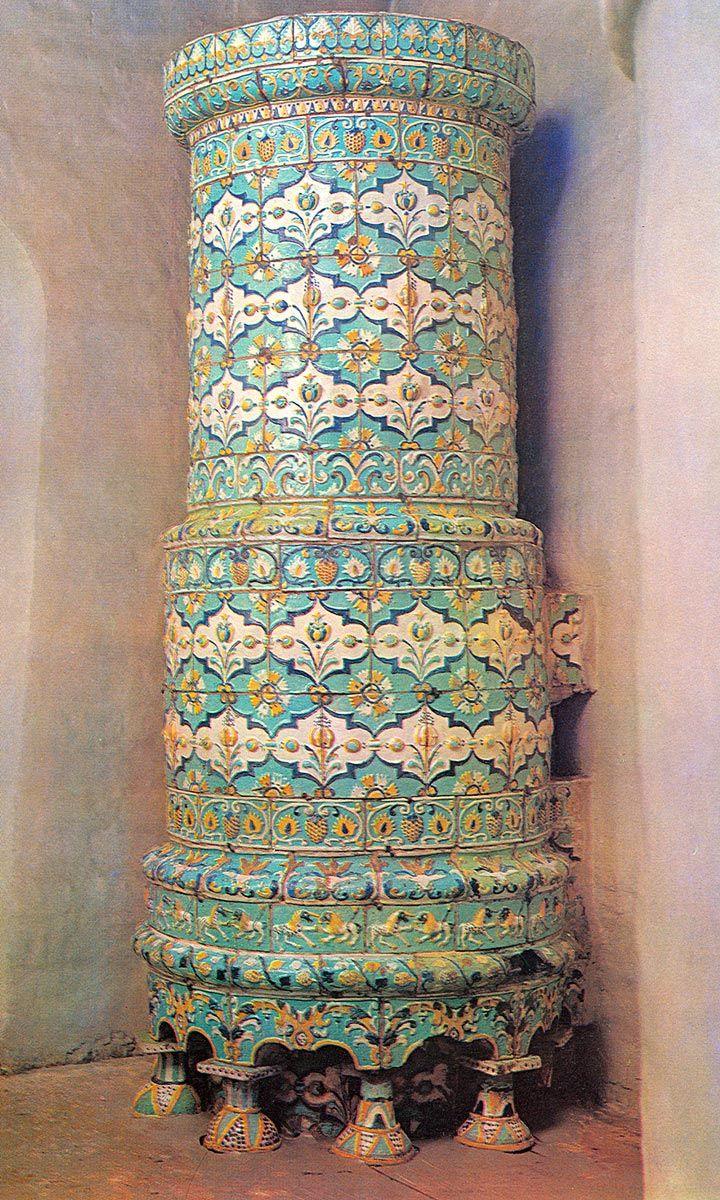 Круглая печь, облицованная рельефными изразцами. 70-е годы 17 века. Тихвинская…