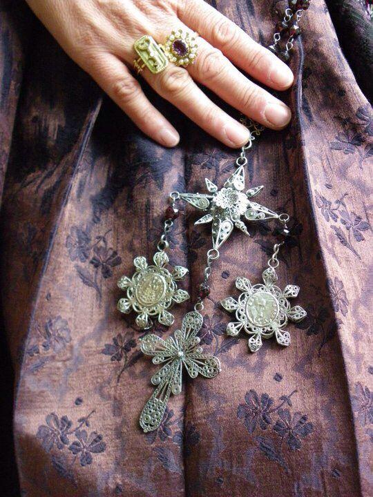 Antico rosario sardo in filigrana d'argento con patene e croce terminale.@