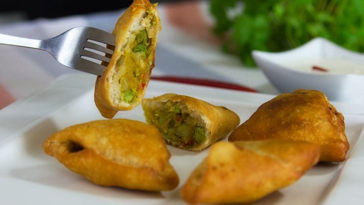 Smażone indyjskie pierożki samosa, farsz możemy dowolnie urozmaicać, to samo tyczy się sosu , bardzo smaczne i dosyć proste w przygotowaniu.