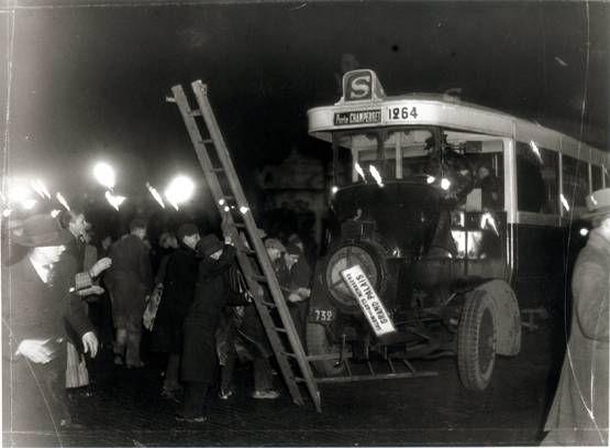 6 février 1934. Les manifestants saccagent un bus.