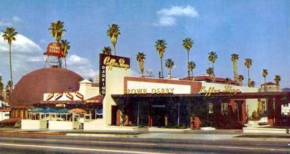 Most photos we see of the first Brown Derby on Wilshire Blvd just show the most interesting part—the derby-shaped restaurant on the Alexandria Ave corner, so it's easy to assume that's all there was. In its original incarnation, it was just the hat, but a coffee shop was added and extended down Wilshire. Oh, how I wish it were all still there.