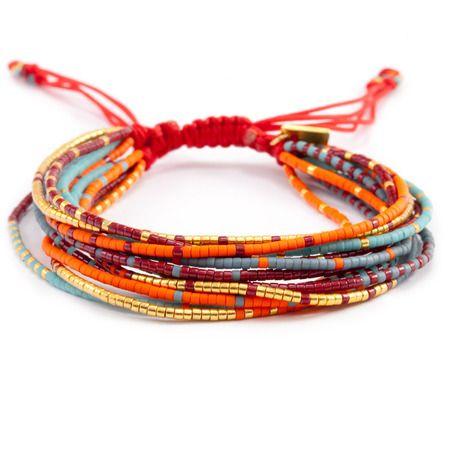 Plusieurs bracelets simples reliés par un point de macramé