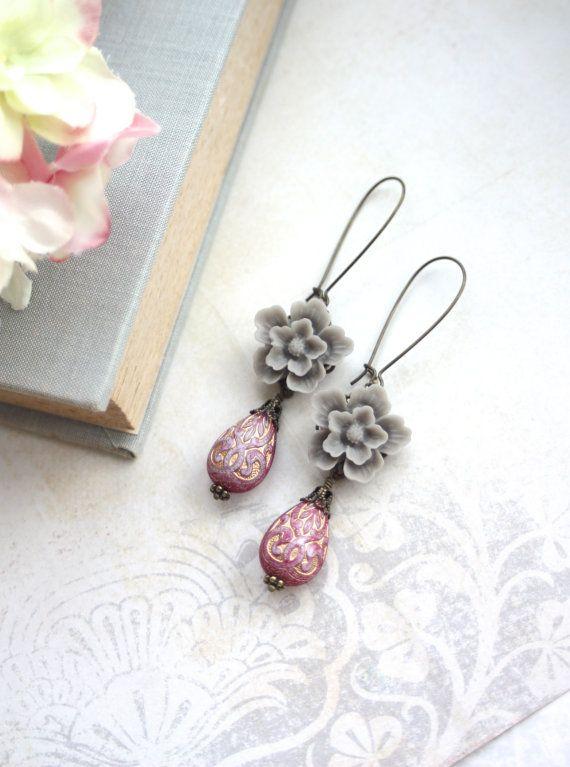 Grigio fiori di Sakura e orecchino perline viola rosso oro intarsiato ornato Lucite. Damigella d'onore. Dono di damigella d'onore. L'estate di nozze. Primavera ispirato.