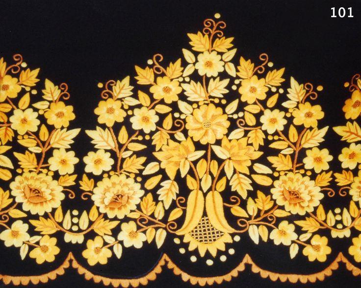 Refajo labor huertana, ramaje de flores, en negro y tonos variados de amarillo y ocres.