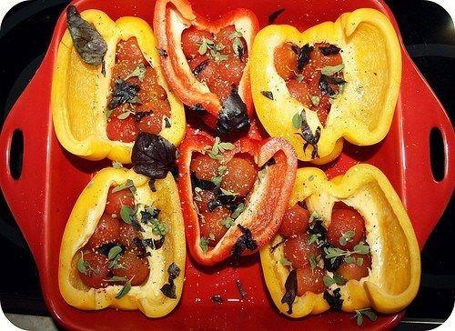 Перец запеченый с томатами черри, базиликом и майораном