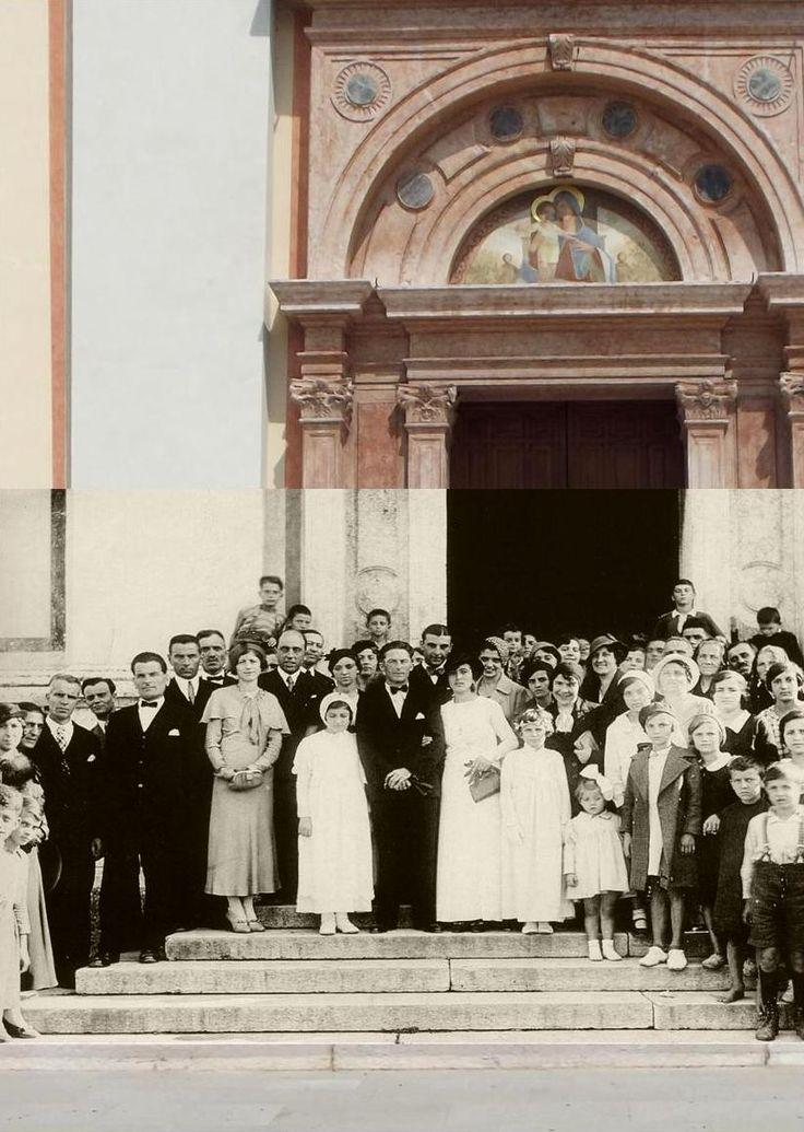 Fotografia attuale con fotografia d'epoca del 1933 che ritrae gli invitati e i festeggiati di un matrimonio davanti all'ingresso della chiesa parrocchiale.