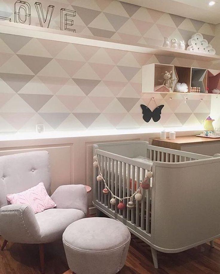 Quarto bebê l Lambri, papel de parede e iluminação valorizando esta parede linda! Projeto @figueiredo_fischer #quartobebe #papeldeparede #nicho