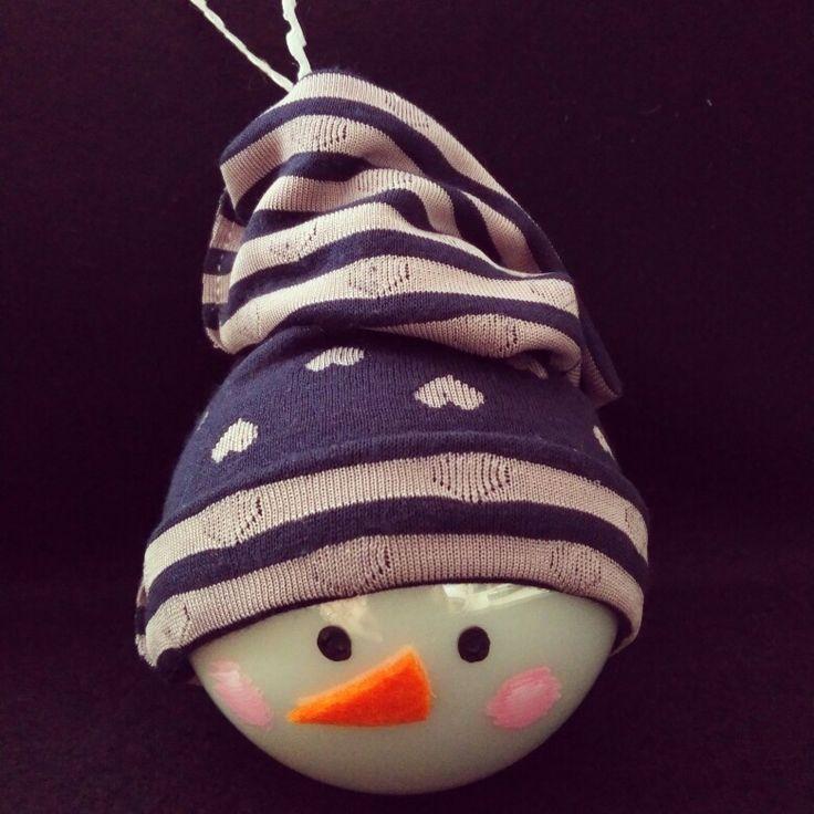 Χριστουγεννιατικη μπάλα χιονάνθρωπος, από γυαλί και υφασμάτινο σκουφακι.