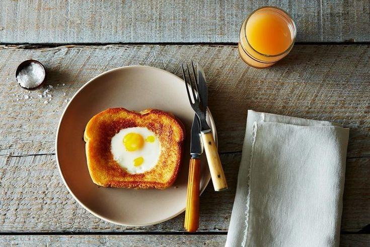 tosta de queijo derretido com ovo estrelado num buraco, um jantar só com 4 ingredientes para um domingo de preguiça