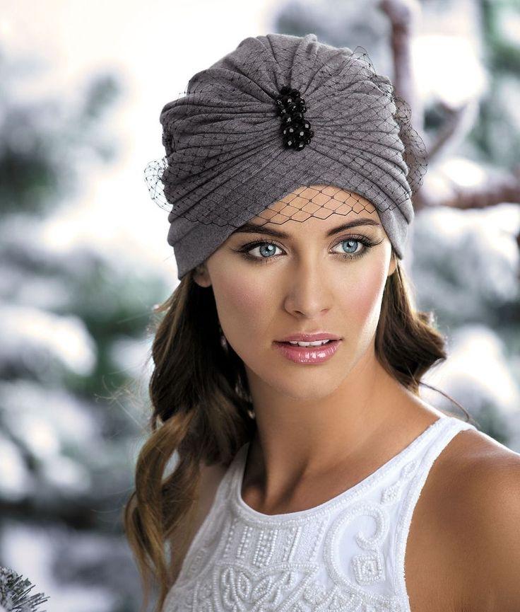 ШАПКА LIGIA Оригинальная женская двойная шапка-чалма из хлопкового утепленного полотна. Декорирована брошью из черных бусин и черной сеткой-вуалью.