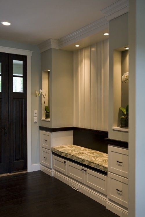 What a simple lovely entryway, the recessed lighting in the built-ins make it!