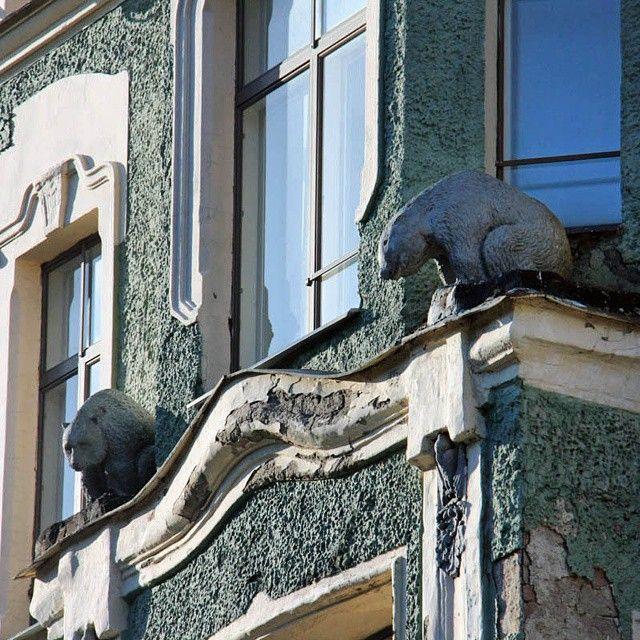 Выборг. Медведи наблюдают за нами с одного из фасадов здания в центре этого приграничного, портового города...