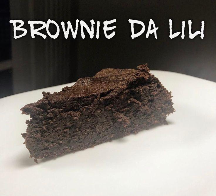 Brownie da Lili - Derreta em banho-maria: 200g de chocolate 85% cacau + 120g de manteiga sem sal; Junte 130g de adoçante em pó natural (xilitol, ou stevia, ou eritritol ou taumatina) e misture; Daí acrescente 100g de farinha de amêndoas (ou qualquer outra farinha de oleaginosas) + 5 gemas a esta massa e misture; Bata 5 claras em neve, e incorpore a massa com cuidado; Acrescente essência de baun... ****eu fiz o teste com cacau em po 100% usei 3 1/2 c sopa de cacau e 150g manteiga !! Deu certo…