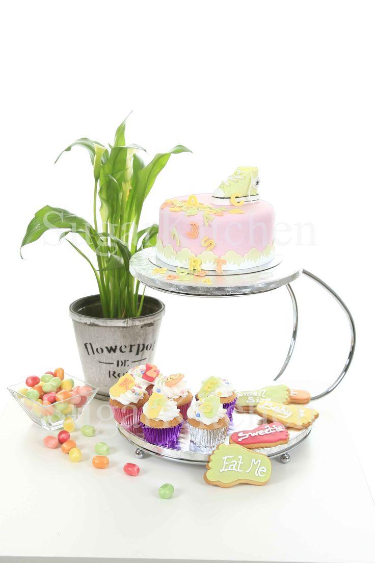 1 maj. Våren börjar ordentligt. Och med den använder vi härliga färger på våra bakverk. Kakor, cupcakes, tårtor och cakepops... Allt kan dekoreras vackert för vardag och fest.  Vi delar med oss av alla ideér och all inspiration vi har på våra homepartys. Vill du bli konsulent/återförsäljare och vara med på vårt inspirationståg? Maila oss för mer information på info@sugarkitchen.se