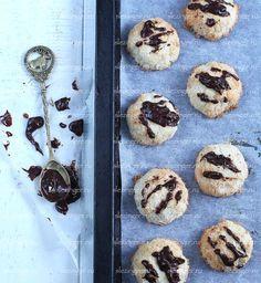 Полезное кокосовое печенье   Рецепты правильного питания - Эстер СлезингерИнгредиенты:  Кокосовая *: 80 г.  Мука рисовая: 50 г.  Яичный белок: 2 шт.  Стевия: по вкусу Разрыхлитель: 1 ч.л