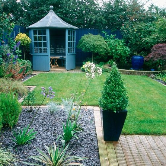 Lovely blue summer house and garden