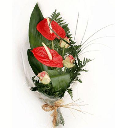 IL #GALATEO DEI #FIORI PER UN UOMO Regalare dei fiori ad un uomo non è poi una cosa così particolare. Anche gli uomini amano ricevere fiori ed essere sorpresi con un omaggio floreale. Per un uomo scegli dei fiori non troppo fragili, dai colori accesi (rosso, giallo, arancio) e con una corolla dal disegno deciso (tulipani, anthurium, sterlizie). Le rose sono sempre apprezzate, ancor di più se di colore vivace.