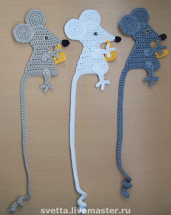 crochet mouse bookmark