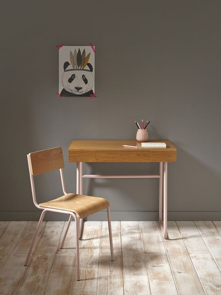 Bureau en métal et bois peint en rose, murs gris, tableau panda #bureau #maison #deco #enfant #fille #garcon #petit #chambre #amenagement #rangement #planche #ecolier #bois #espace #amenager #etagere #rose #vintage