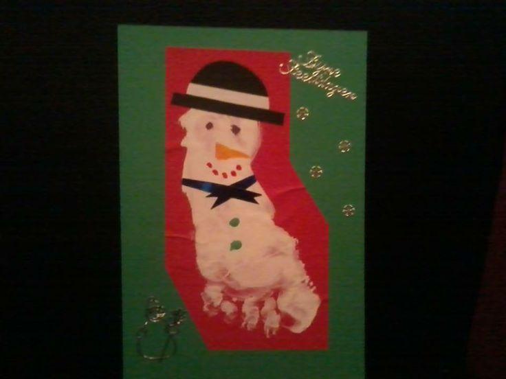 kerstkaart: Van een voetafdruk een sneeuwpop gemaakt.