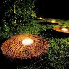 Con láminas de troncos y una bombilla puedes hacer esta maravilla, luces para decorar tu jardín o balcón :)