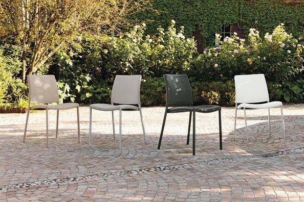 Zara egy könnyed formavezetésű, puha tapintású bőrszövet szék, porszórt fém lábbal. A huzat négy különböző színben elérhető, a lábak három színben választhatóak.