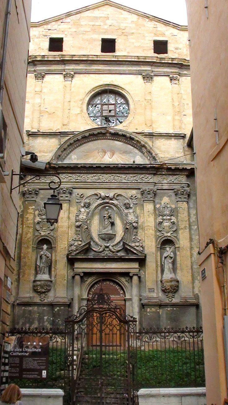 Chapelle des Ursulines ou de la Visitation. Rue Mignet, Aix-en-Provence. Cette chapelle aux allures défaites est en réalité un chef d'oeuvre d'art baroque en restauration qui n'a subi que quelques modifications sur sa façade. De plus, c'est en abordant l'église de face par la rue Constantin que toute sa monumentalité vous apparaîtra. Ce sentiment est renforcé par l'escalier de treize marches qui devance l'ancienne Chapelle, voulu par son concepteur Pierre Pavillon entre 1647 et 1652.