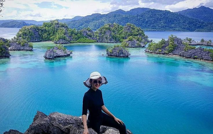 The world will be brighter from behind a smile your sweet. Location : Pulau Kayangan, Pulau Sombori  Photo by : @kthymonica  #sombori #pulausombori #labengki #labengkiisland #labengkitrip #Tukang_Jalan #tukangjalantrip #tukangjalan #pesonapulaulabengki #pesonaindonesia #explorenusantara #exploreindonesia #explorelabengki #sulawesitenggara #travel #travelling #travelphotography #jalanjalan