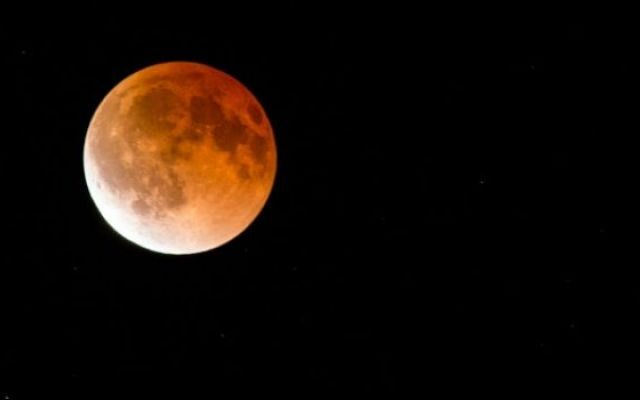 Eclissi lunare: il 4 aprile arriva la Luna Rossa #luna #astronomia #lunarossa #eclissi