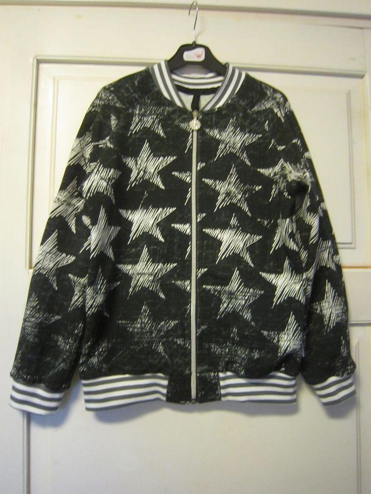 Käytiin lasten ulkovaatemyymälässä ja siellä myytiin myös jämävetoketjuja. Tyttö ihastui kukkaketjuun ja halusi sen Bomber-takkiin. Innostuin sitten itsekin, koska tarvitseehan kesäksi takki olla ja sen voisi tehdä itse, mikäs sen kivempaa, kun lapselle kelpaa itsetehdyt vaatteet. Kankaana Chalk Stars joustocollari mustana. Ja yhden kukallisenkin takin tein, mutta siitä ei ole kuvaa…. Vielä voisi tehdä yhden...