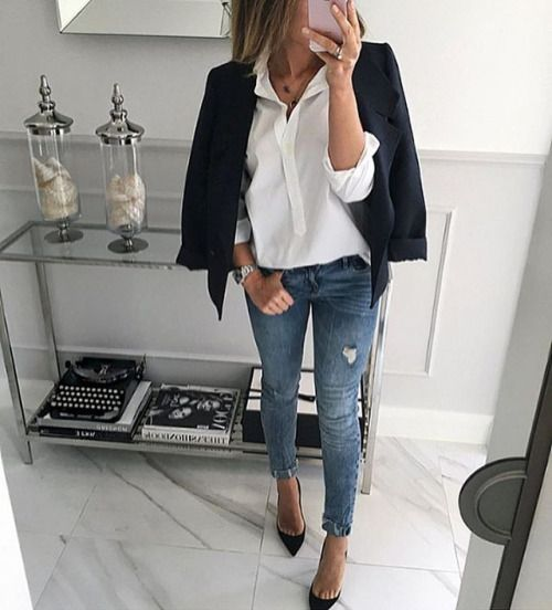 Blazer, white shirt, skinny jeans and pointed shoes for office look.
