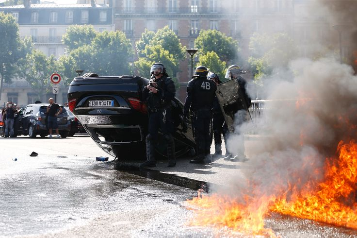 Edito : Pourquoi les taxis ont-ils choisi la violence face à Uber ? - http://www.frandroid.com/editoid/291632_edito-pourquoi-les-taxis-ont-ils-choisi-la-violence-face-a-uber  #Économie, #Editoid