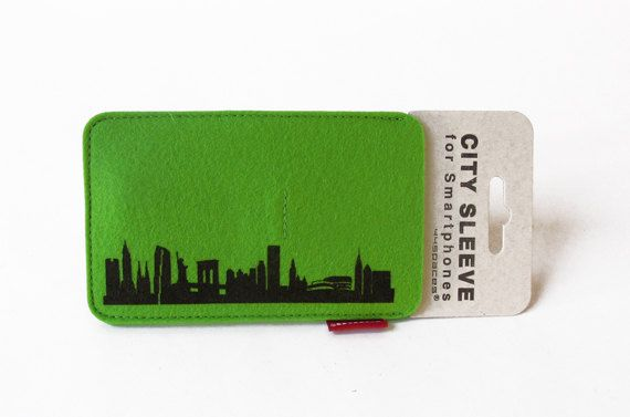 NEW YORK CITY SLEEVE felt-case is the perfect cover for your smartphone. It compliments the look of your smartphone and protects it from getting dirty or scratched. Its the essential accessory to keep your phone looking like new.  MATERIAL. 100% woolfelt in red, green & pink DIMENSION: 13.5 x 8.5 cm  The phone cover fits various smartphones including the iphone or HTC Sensation. SKYLINES available. Berlin, Barcelona, Düsseldorf, Frankfurt, Hamburg, Istanbul, Köln, London, München, New Yor...
