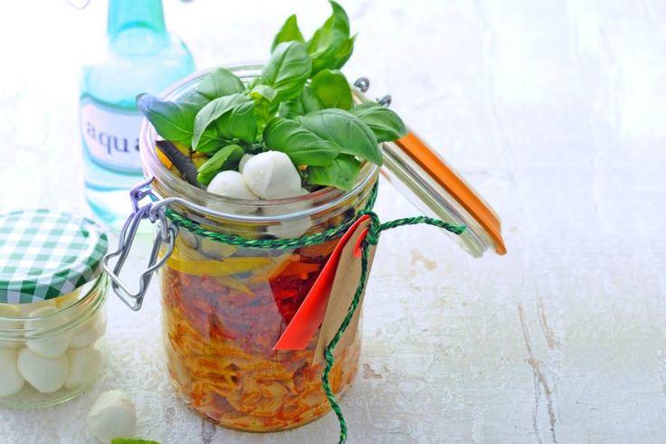 Deze typisch Italiaanse salade krijgt meer pit door de Spaanse chorizo. - Recept - Allerhande