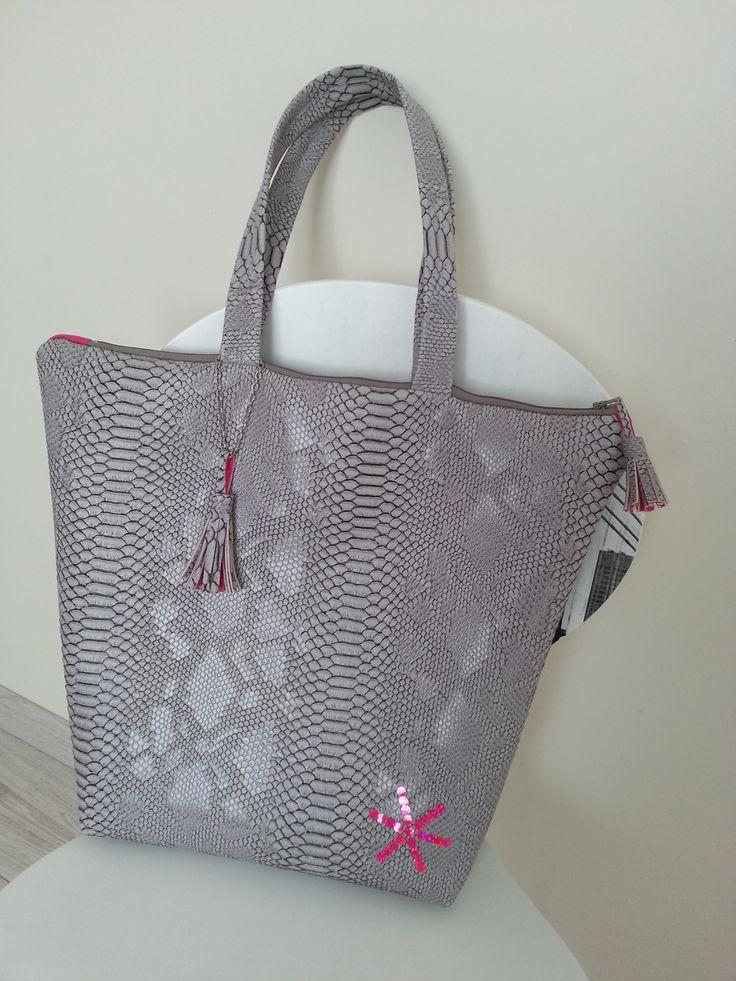 Didacticiel en images et dessins pour créer un sac  trapèze en simili cuir dragon gris avec pompons et poche intérieure à fermeture velcro.