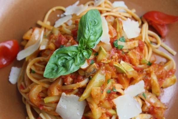 Pasta Mediterraneo: Reteta noastră secretă ce combină arome mediteraneene alese cu mare grijă cu gustul unic al pastelor linguine, servită cu busuioc proaspăt, sos de rosii proaspete, bucatele de piept de pui la gratar, parmigiano reggiano şi uleiul nostru de măsline Corfiot