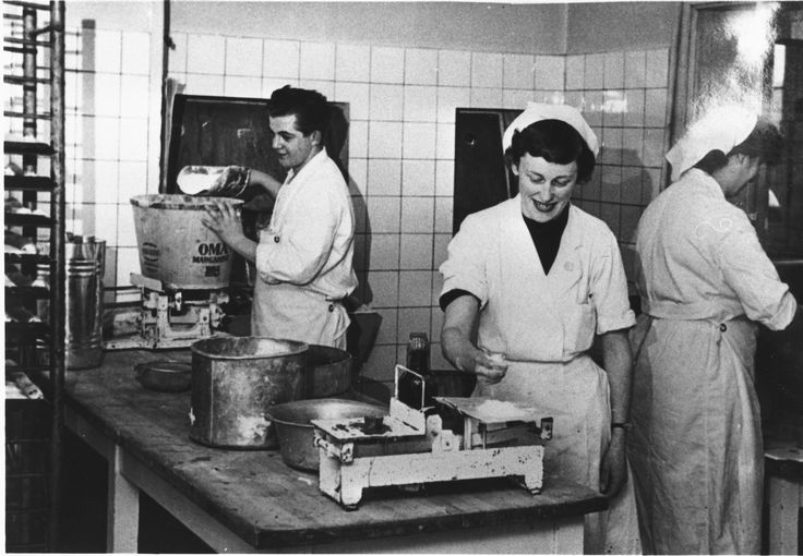 Tre medarbejdere på fabrikken #karenvolf #historie #kager #medarbejder #bager
