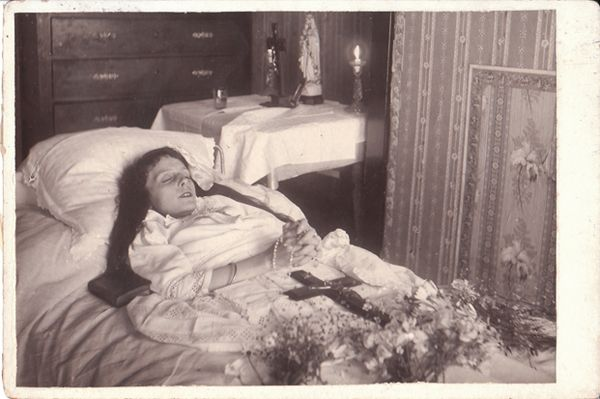 According to the article, the popularity of postmortem photography faded in the early twentieth century. Description from cabinetcardgallery.wordpress.com. I searched for this on bing.com/images