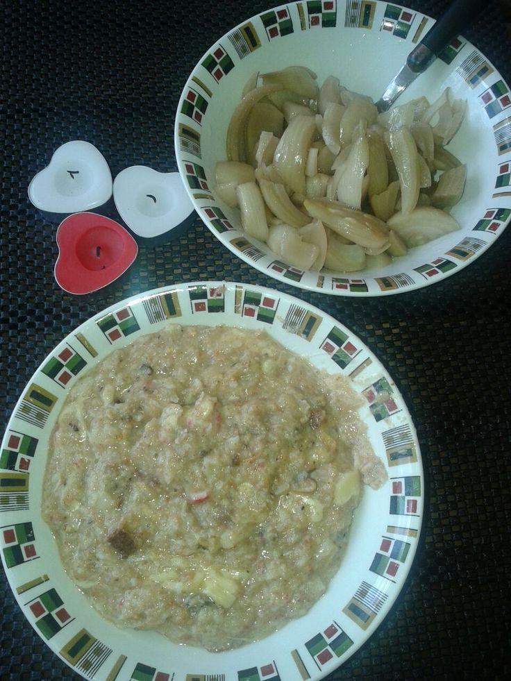 Chupe de mariscos y ensalada de cebolla en escabeche.