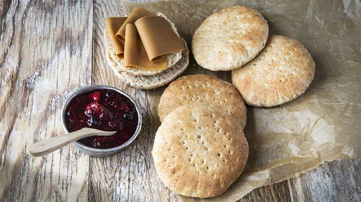 Det er slettes ikke vanskelig å lage hjemmelagde polarbrød. Denne oppskriften gir 16-20 polarbrød.