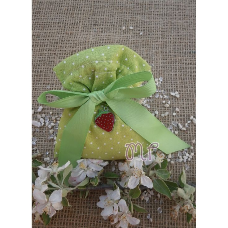 Μπομπονιέρες βάπτισης. Μπομπονιέρες βάπτισης κορίτσι πουγκί υφασμάτινο πουά λαχανί με γκρο κορδέλα και μεταλλική φράουλα