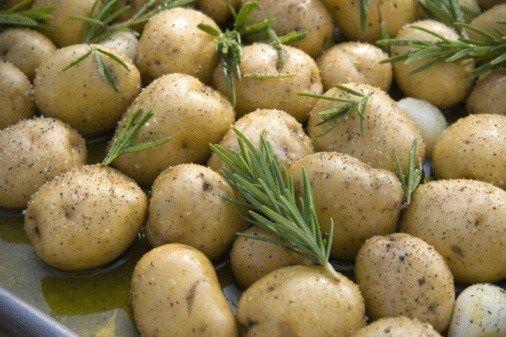 Печеный молодой картофель с розмарином и чесноком