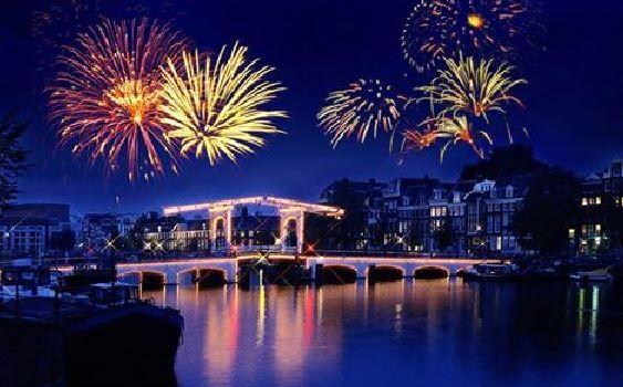 Revelionul burlacilor si burlacitelor la Focsani * cativa tineri s-au gandit cum sa petreaca mai bine noaptea dintre ani * Hai si tu la petrecere! *