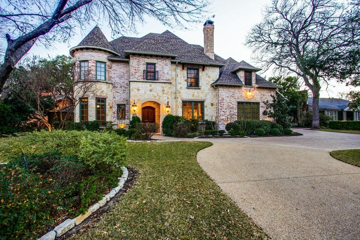 Stunning+executive+style+right+in+the+heart+of+Preston+Hollow!+Entertainers+delight+with+an+inner+city+backyard+Oasis.+Surround-sound+system+throughout+entire+home,+remotely-monitored+security+cameras,+756-bottle+wine+rack,+professional+landscaping+with+elegant+accent-lighting,+huge+master+suite,+large+theater+room,+kitchen+with+professional+upgrades,+dual+stainless-steel+oven.+Home+has+a+dedicated+space+that+is+elevator-ready+and+3+car+garage.|strip_tags