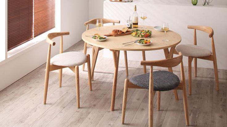 天然木タモ材を使った直径120cmの円形テーブルに、巨匠家具デザイナー「ハンス・J・ウェグナー」がデザインした名作チェアを組み合わせた北欧ダイニングテーブルセット! 家族や友人と囲んで楽しめる円形を採用した珍しいタイプのダイニングテーブルになり、ダイニングにまるでカフェのようなオシャレ感を演出します。テーブルの素材には、美しい木目と堅くてキズがつきにくい天然木タモ材を使用し、さらにウレタン塗装を天板に施すことで汚れにも強いものになっています。 チェアは「椅子の巨匠」として名高い【ハンス・J・ウェグナー】の傑作チェア2種類を採用!「Elbow Chair(エルボーチェア)」は、背もたれの形が特徴的で美しく、重ねて使えるスタッキングデザインに、「CH33」は楕円を使ったスマートなスタイルでエレガントなスタイルのチェエです。 セットは、テーブルチェア4脚の5点セットですが、それぞれのチェアのみのA、B、の他にチェアを組み合わせた5点セットチェアミックスもご用意しております。 もちろんテーブル、チェア(同色2脚)の単品でのお求めもいただけます。 ご友人の来客が多い方や、ダイニ