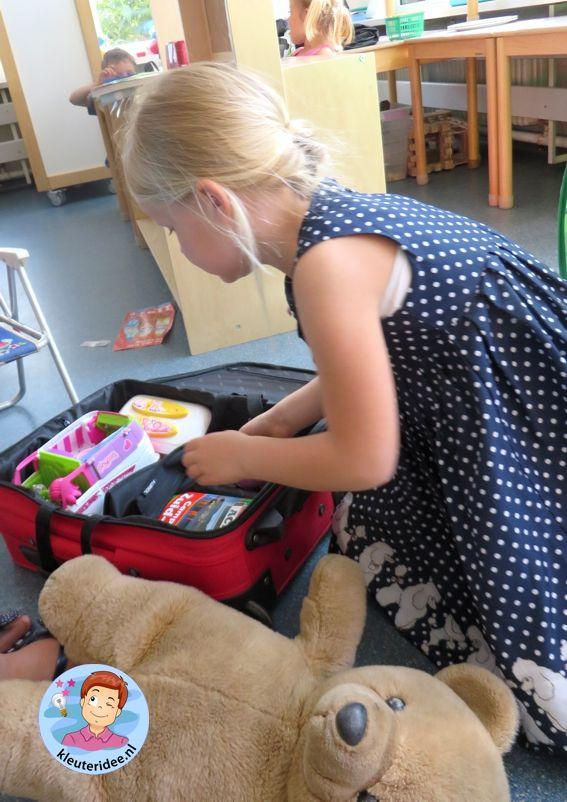 Campinghoek voor kleuters koffer inpakken, rollenspel en hoeken voor kleuters, kleuteridee.nl, preschool camping theme.