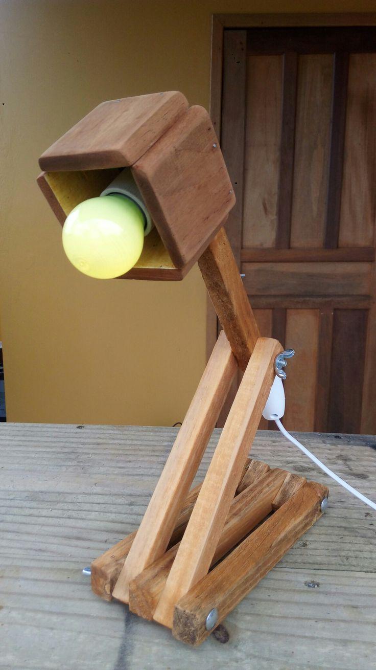 Luminária com madeira reciclada