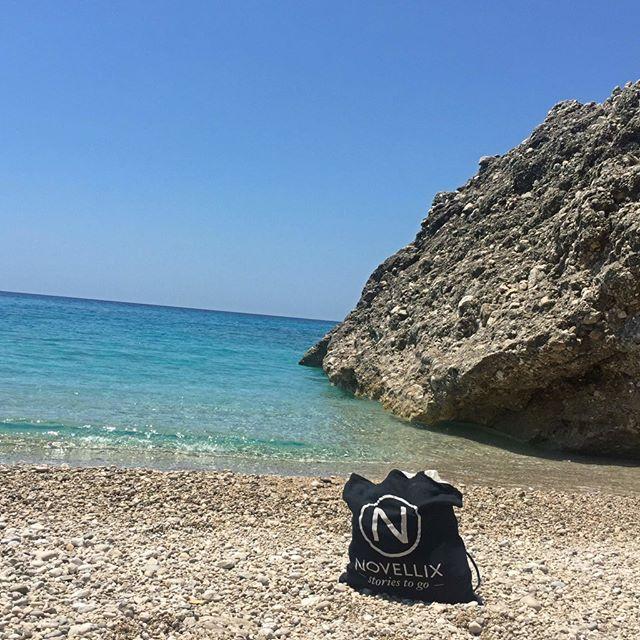 Första december idag, men helt ok att drömma sig tillbaka till sommaren och semesterläsning ☀️📚 #novellix #storiestogo #vacay